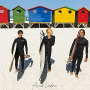 Surfeurs devant les cabanes de plage