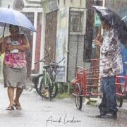 Scène de rue sous la pluie tropicale