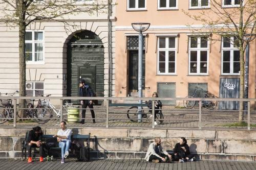 Profiter du soleil au bord d'un canal, Copenhague