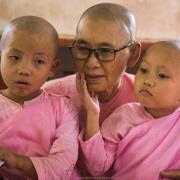 La mère supérieure est une source de tendresse infinie pour les petites nonnes