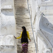 Descente d'escaliers: Paya myatheindan