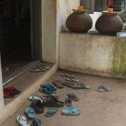 On enlève les chaussures avant d'accéder à un lieu saint