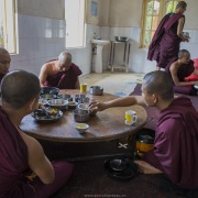Jeunes moines au refectoire, Bago