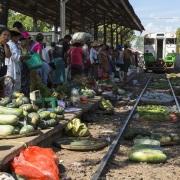 Yangon: Marché sur la voie ferrée. A l'arrivée du train les gens s'écartent mais les marchandises restent sur place