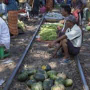 Yangon: Marché sur la voie ferrée