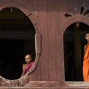Shwe Yan Pyay: Moines observant par les fenêtres