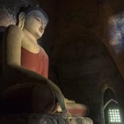 Bagan: Bouddha dans une pagode