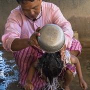 Futur moinillon: Lavage des cheveux avant la tonsure