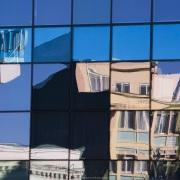 Chili, Punta Arenas: Reflets dans les vitres de l'hôtel Dreams del Estretcho