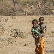 Fillette portant son petit frère
