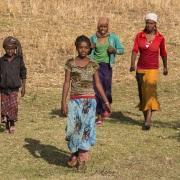 Jeunes filles dans les champs