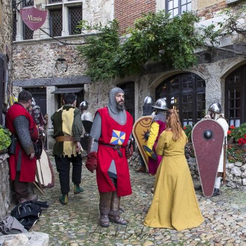 Figurants lors du tournage d'un film dans la cité médiévale de Pérouges