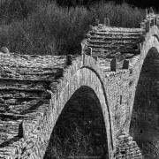 Pont de pierre à 3 arches dans les Zagoria