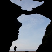 Vue depuis l'intérieur d'une grotte de lave
