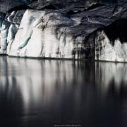 Langue de glacier  couverte de suie d'éruptions volcaniques