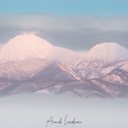 Montagnes enneigées et brume