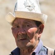Homme portant un chapeau traditionnel kirghize