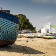 Vieux bateau et église du village