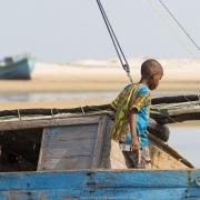 On s'affaire sur le bateau de pêche avant la marée montante