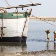 Déchargement d'un bateau de marchandises