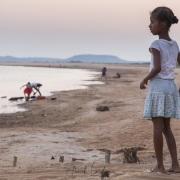 jeune fille près de  la rivière au coucher de soleil