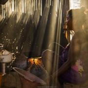 Scène de vie dans un village: dans la cuisine