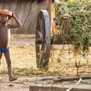Scène de vie dans un village:  jeu d'enfant