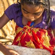 Scène de vie dans un village: nettoyage du riz
