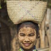 Portrait de jeune femme avec un masque de Masonjoany