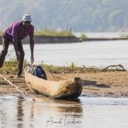 Au fil de la Tsiribihina: homme tsa pirogue