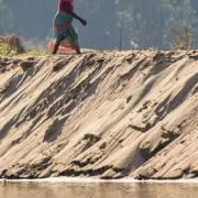 Au fil de la Tsiribihina: femme malgache