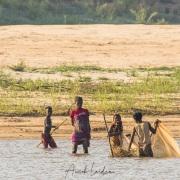 Au fil de la Tsiribihina: pêche matinale