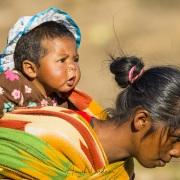 Jeune fille malgache avec un enfant