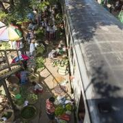 Yangon: Marché sur la voie ferrée. Le train repart et les affaires peuvent reprendre