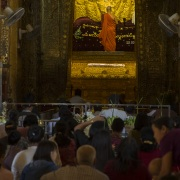 Pagode de Mahamuni: Boudha recouvert d'or
