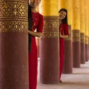 Jeunes filles posant dans l'enceinte du palais royal: Mandalay