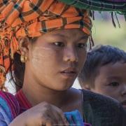 Jeune femme Pao et son enfant