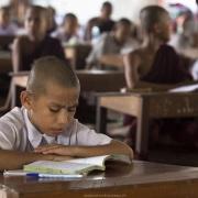 Jeunes moines à l'étude