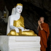 Dévotion dans la grotte de Kaw Ka Taung
