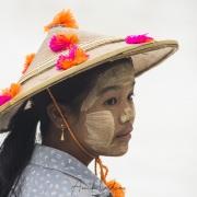 Portrait de jeune vendeuse sur l'esplanade du Rocher d'or