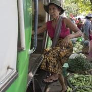 Yangon: Marché sur la voie ferrée. Pas vraiment facile l'accès au train!