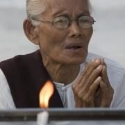 Yangon: Prière à l'intérieur de la pagode de Shwedagon