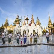 Yangon: Lustrer le carrelage dans la pagode de Shwedagon est un honneur