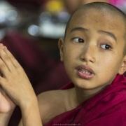 Jeune moine pendant la prière avant le repas