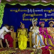 Futurs moinillons: la 1ère étape consiste à être habillé comme un prince, tel que le fut le Bouddha