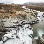 Rivière commençant à être prise par la glace