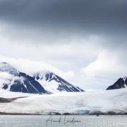 Glacier sur fond de ciel tourmenté