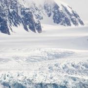 Paysage partiellement enneigé et glacier