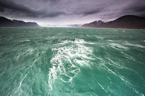 Journée de tempête à l'abris dans un fjord