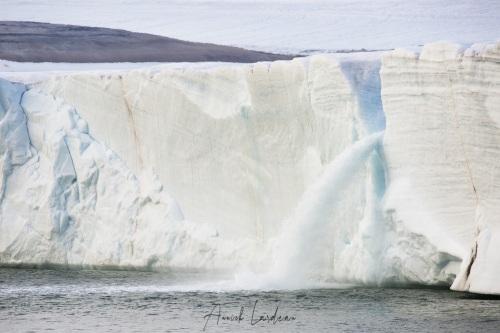 Rivière glacière dans la calotte de glace sur l'ile du Nord-Est